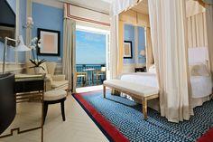 Da una villa dell'ottocento posizionata sulla spiaggia di Marina Grande nasce il JK Place Capri, uno dei pochi hotel dell'isola a ridosso del mare. L'atmosfera dolce e mediterranea si fonde armoniosamente con lo stile nautico dell'hotel