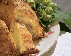 Airan pähkinäkakku  Vaahdota rasva ja sokeri. Lisää muna hyvin sekoittaen. Lisää kerma tai maito ja rouhitut pähkinät sekä keskenään sekoitetut jauhot, leivinjauhe ja vanilja siivilän läpi seuloen. Kaada taikina voideltuun ja pähkinärouheella leivitettyyn rengasvuokaan. Paista 175-asteisessa uunissa noin 45 minuuttia.