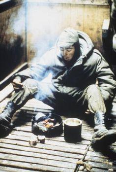 Un prisionero de guerra argentinos, uno de los muchos que se rindió en Goose Green, cocina una comida en el equipo de primaria en el galpón de esquila de ovejas que se convirtió en una zona de almacenamiento temporal de los prisioneros argentinos