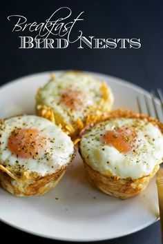 Breakfast Bird Nests Breakfast bird nests made from oven baked toasted hashbrown cups filled he most perfect soft cooked egg. Perfect finger food idea for a brunch pot luck or serve it up as a breakfast for dinner treat! Breakfast Finger Foods, Breakfast Cups, Bacon Breakfast, Breakfast For Dinner, Breakfast Recipes, Best Brunch Recipes, Favorite Recipes, How To Cook Eggs, Frittata