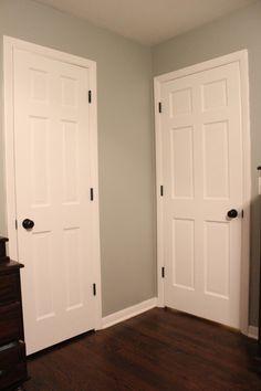 puertas blancas, con herrajes negros Classic Doors, Single Doors, Ideal Home, Tall Cabinet Storage, Sweet Home, New Homes, Interiors, Interior Design, Bedroom