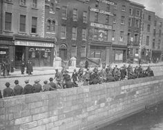 Pow's being marched along the Quays by the British soldiers 1916 Ireland 1916, Dublin Ireland, Dublin Street, Dublin City, Old Pictures, Old Photos, Easter Rising, Ireland Homes, British Soldier