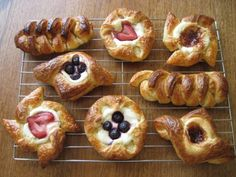 sENCILLO Y eLEGANTE http://korenainthekitchen.com/2012/05/24/sourdough-danish-pastries-part-ii/