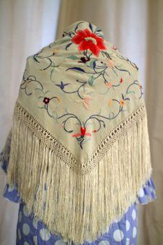 Traje de gitana celeste con lunares blancos con mantoncillo antiguo beige bordado con flores de colores