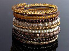 Náramok vyrobený z rôznych korálok v hnedých, zlatých a medových tónoch. Celková šírka je 5 cm. Tento vyrobený na objednávku....