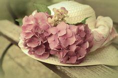 Romantica e delicata, l'ortensia è il fiore perfetto per decorare un cappello di paglia in stile country