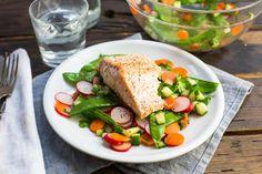 Recept voor gemarineerde zalm voor 4 personen. Met zout, olijfolie, peper, zalmfilet, wortel, bieslook, koriander, radijsje, peultjes, komkommer, limoen en sesamolie