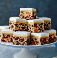 Mary Berry's Christmas cake bites – Obstkuchen Xmas Food, Christmas Cooking, Christmas Desserts, Christmas Treats, Mini Christmas Cakes, Christmas Baking Gifts, Christmas Squares, Christmas Biscuits, Christmas Tables