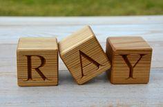 Natürliche Eco freundliche und handgefertigten Holzblöcke mit Buchstaben eingraviert. Machen Sie Ihrem Kind die Namen von diesen Holz Brief Blöcke! Sie können die für Sie notwendigen Buchstaben zu...
