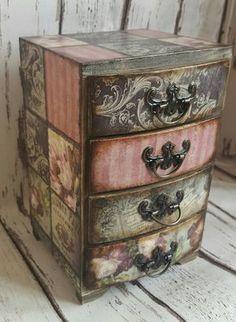 Rosas vintage romántica mini Cajonera, almacenamiento de joyería y regalo perfecto para cualquier ocasión edad, barnizado Las dimensiones son aprox 12 x 12 x 19 cm La misma caja de tejido estilo está disponible en mi tienda para ver más artículos: