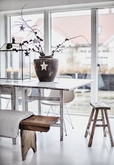 Easy Contemporary Home Decor Ideas Dining Area, Dining Table, Dining Chairs, Sweet Home, Christmas Room, Scandi Christmas, Minimalist Christmas, Office Christmas, White Christmas