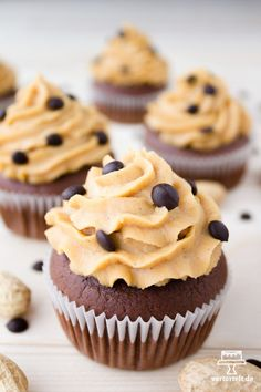 Erdnussbutter-Schoko-Cupcakes A recipe for delicious chocolate cupcakes with peanut butter frosting Cupcake Recipes, Baking Recipes, Cookie Recipes, Dessert Recipes, Peanut Butter Frosting, Chocolate Peanut Butter, Reese's Chocolate, Chocolate Muffins, Chocolate Cupcakes