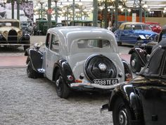 1934 Traction 7A: Before 1935, two fuel filler caps at the back; luggage access only from within