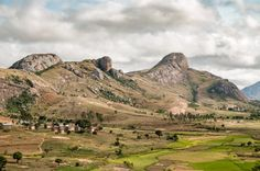 Les paysages de la réserve d'Anja à Madagascar. Une belle randonnée à la rencontre des lémuriens et des traditions locales.