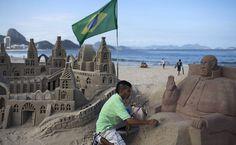 Escultura de areia do papa Francisco é vista na praia de Copacabana Saiba mais sobre a visita do papa. (Foto: Felipe Dana/Associated Press)
