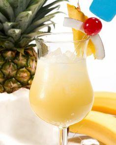 Piña Colada / Ingredientes: - Rum (1/2 dose); - Suco de abacaxi (1 xícara); - Leite de côco (1/2 dose); - Gelo (4 pedras moídas); - Açúcar (a gosto) / Como fazer: - Bater (ou mexer) os ingredientes e servir em copo de long drink. - Decorar com meia fatia de abacaxi.