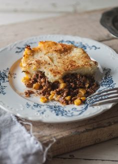 Alex would kill for shepherd's pie. When I make it, he eats it for lunch and dinner three days in a row and gets sad when he realizes it's all gone. Gourmet Recipes, Beef Recipes, Cooking Recipes, Confort Food, Canadian Food, Healthy Foods To Eat, Main Meals, Food Inspiration, Food To Make