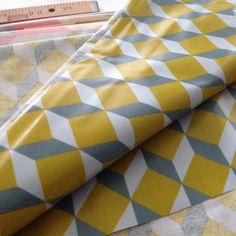 Toile de coton enduit motif cubes couleur jaune moutarde et gris