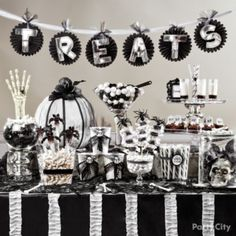 Black and white Halloween Party / Candy Buffet Idea. Halloween Candy Buffet, Soirée Halloween, Holidays Halloween, Halloween Themes, Halloween Decorations, Halloween Drinks, Halloween Table, Black White Halloween, Candy Party