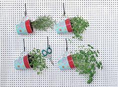 Nem todos conseguem cultivar uma horta. Os menos habilidosos podem usar uma placa de compensado perfurada, canecas e arame. Não é uma plantação de longa duração – funciona como um jeito de dispor vasos comprados –, mas garante ervas frescas por dias