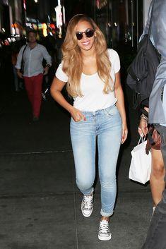 Beyonce camiseta blanca y pantalones vaqueros flacos