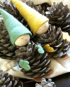 Tinker with pine cones DIY - Crafts Diy Kids Crafts, Pinecone Crafts Kids, Pine Cone Crafts, Diy And Crafts, Christmas Wood, Simple Christmas, Kids Christmas, Christmas Crafts, Christmas Decorations