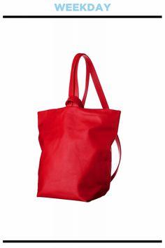 ソリッドな赤で気分を上げて。バッグ¥35,000/AETA(アルファ PR)