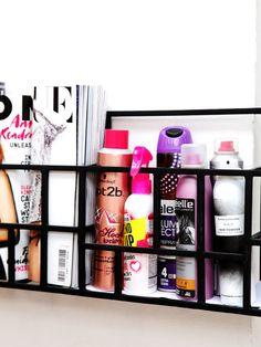 Euer Schminkzeug fliegt überall im Bad oder auf dem Schreibtisch herum. Damit ist jetzt Schluss! Wir haben sechs coole Ideen, wie ihr euere Pinsel, Sprays und Nagellacke nicht nur ordnet, sondern auch noch hübsch präsentiert.Das Vorzeige-RegalHaarspray, Schaumfestiger und Deo könnt ihr in einem Zeitschriften- oder einem großen Gewürzregal verstauen. Hängt es einfach direkt über euren Schminktisch oder im Badezimmer an d...