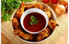 Chrupiące skrzydełka z kurczaka z dipem BBQ - przepis z portalu Przepisy.pl