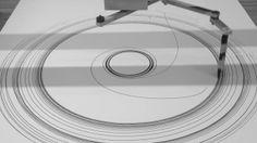 Im Rahmen des Kurses »Bewegungsspuren & Interventionen« entwickelte ich an der FH Potsdam diese Zeichenmaschine, die mit der Fernsteuerung eines Spielzeugautos bzw. alternativ mit einem Arduino Uno gesteuert werden kann. Die Maschine erzeugt chaotische als auch regelmäßige – kreisförmige – Spuren.
