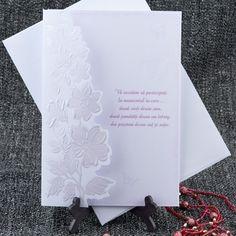 Invitatie de nunta eleganta, de culoare alba, cu flori lila embosate.