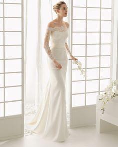 Vestido de renda e crepe com brilhantes, em cor marfim (também disponível em cor natural).