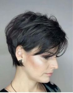 Cabelo curto, penteado cabelo curto и cabelo cacheado curto. Short Bob Haircuts, Cute Hairstyles For Short Hair, Curly Hair Styles, Straight Hairstyles, Hairstyles Videos, Simple Hairstyles, Layered Hairstyles, Older Women Hairstyles, Everyday Hairstyles