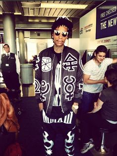 Wiz Khalifa Draped In Kokon to Zai- http://getmybuzzup.com/wp-content/uploads/2013/09/193751-thumb.png- http://getmybuzzup.com/wiz-khalifa-draped-in-kokon-to-zai/-  Wiz Khalifa Draped In Kokon to Zai By Don Bleek Hippy rapper Wiz Khalifa was once again draped in Kokon to Zai. The newly father and married rapper rocked a KTZ bomber jacket, monochrome oversized tee-shirt and trousers from the brand's AW13 collection. Wiz completed his ensemble by...