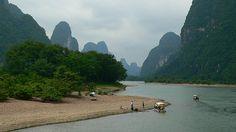 Li Fluss mit Karstkegelbergen im Hintergrund.