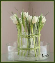 tulpen buiten de vaas