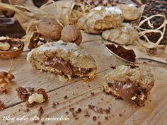I biscotti caffè noci e cioccolato, sono dei deliziosi bocconcini morbidissimi dal sapore intenso di caffè e con un cuore cremoso di cioccolato