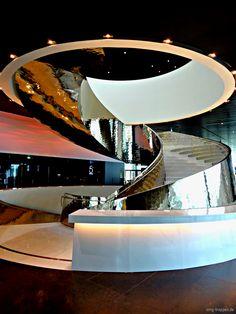 Treppe Melia Hotel - http://smg-treppen.de/treppe-melia-hotel/ Dieses Bild führt uns mal wieder nach Wien. Das Melia Hotel liegt direkt neben der Donauinsel und in Nachbarschaft zum UNO-Gebäude. In dem 220 Meter hohen DC Tower, dass vom Stararchitekten Dominique Perrault designt wurde, verfügt das Hotel über 253 Zimmer und 25 Suiten. Modernes, schlichtes und...