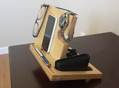 The Catchall: for your phone, wallet, pen, watch, keys Teds Woodworking, Woodworking Projects, Diy Craft Projects, Wood Projects, Diy Phone Stand, Iphone Docking Station, Mens Gadgets, Wood Design, Diy Design
