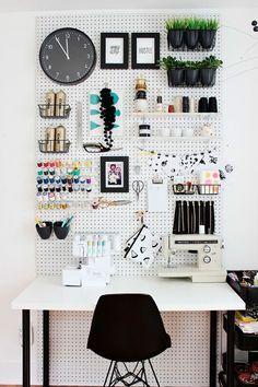 Decoração de apartamento pequeno, mini apartamento, home office, escritório em casa, com pegboard, paredes brancas, cadeira preta.