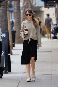 Look do Dia: la mode, Dakota Johnson nous dit qu& n& a pas de style de rue Dakota Johnson Street Style, Dakota Style, Dakota Johnson Hair, Look Street Style, Model Street Style, Chic Street Styles, Mode Outfits, Fashion Outfits, Fashion Trends