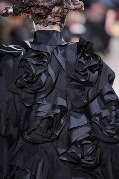 Comme des Garçons at Paris Fashion Week Fall 2013 Anti Fashion, 3d Fashion, Fashion Details, Timeless Fashion, Runway Fashion, High Fashion, Autumn Fashion, Fashion Design, Couture Details