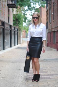 Blue and white striped one shoulder ruffle blouse+mom jeans+white pumps+black handbag+sunglasses. Midi Skirt Outfit, Skirt Outfits, Skirt Suit, Smart Casual Outfit, Simple Outfits, Girl Fashion, Fashion Looks, Womens Fashion, Dress And Heels