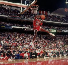 Uma série especial pro aniversariante MJ23 com suas enterradas nos slam dunk contestes de 1985 e 86.