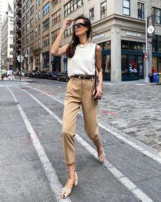 Осень 2020: все, что носится прямо сейчас #трендыосеньзима2020 #тренды2021 #осеннийгардероб #осенниетренды #гардероб2021 #осеннийгардероб2020 #куртки2021– Woman Delice Designer Casual Shirts, Tan Pants, Strappy Sandals Heels, Black Cross Body Bag, Casual Street Style, Casual Chic, Couture Dresses, Simple Outfits, Daily Fashion