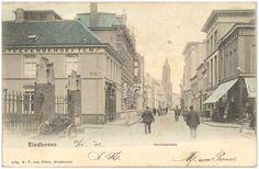 Rechtestraat, met links op de hoek van de Kerkstraat boekhandel M.F. van Piere. Het tegenovergelegen pand heet De Gaper. Op de achtergrond de toren van het raadhuis - 1900