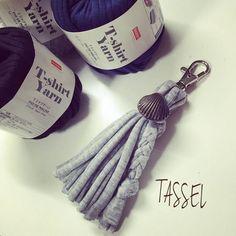 冬は100均の毛糸が人気がありましたね。100均の手芸用品は手軽に始められる利点があります。さて、今回はTシャツヤーンのご紹介です。今話題のTシャツヤーンがダイソーから登場しています。Tシャツヤーンで可愛い春小物を作ってみませんか?