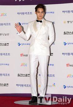 Kim Beom is rocks in the white suit @ 2013 Baeksang Arts Awards Asian Actors, Korean Actors, Korean Dramas, Kim Bum, Kim Sang, White Suits, Arts Award, Boys Over Flowers, Korean Artist