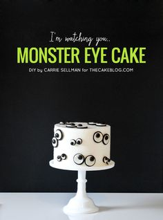 How to make a Monster Eye Cake. Make this easy Halloween monster cake at home using cookies and candies. Halloween Desserts, Bolo Halloween, Postres Halloween, Halloween Birthday, Halloween Cakes, Cute Halloween, Halloween Treats, Halloween Window, Halloween Foods
