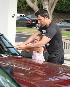 Ben Affleck teaches his daughter Violet how to wash the windshield as they stop for gas on July 23 in Brentwood. Ben knows this is the real reason why people have kids! So they can wash our cars and mow the lawn! Why People, Good People, Amazing People, Hot Guys, Hot Men, Oscar Winners, Ben Affleck, Celebs, Celebrities